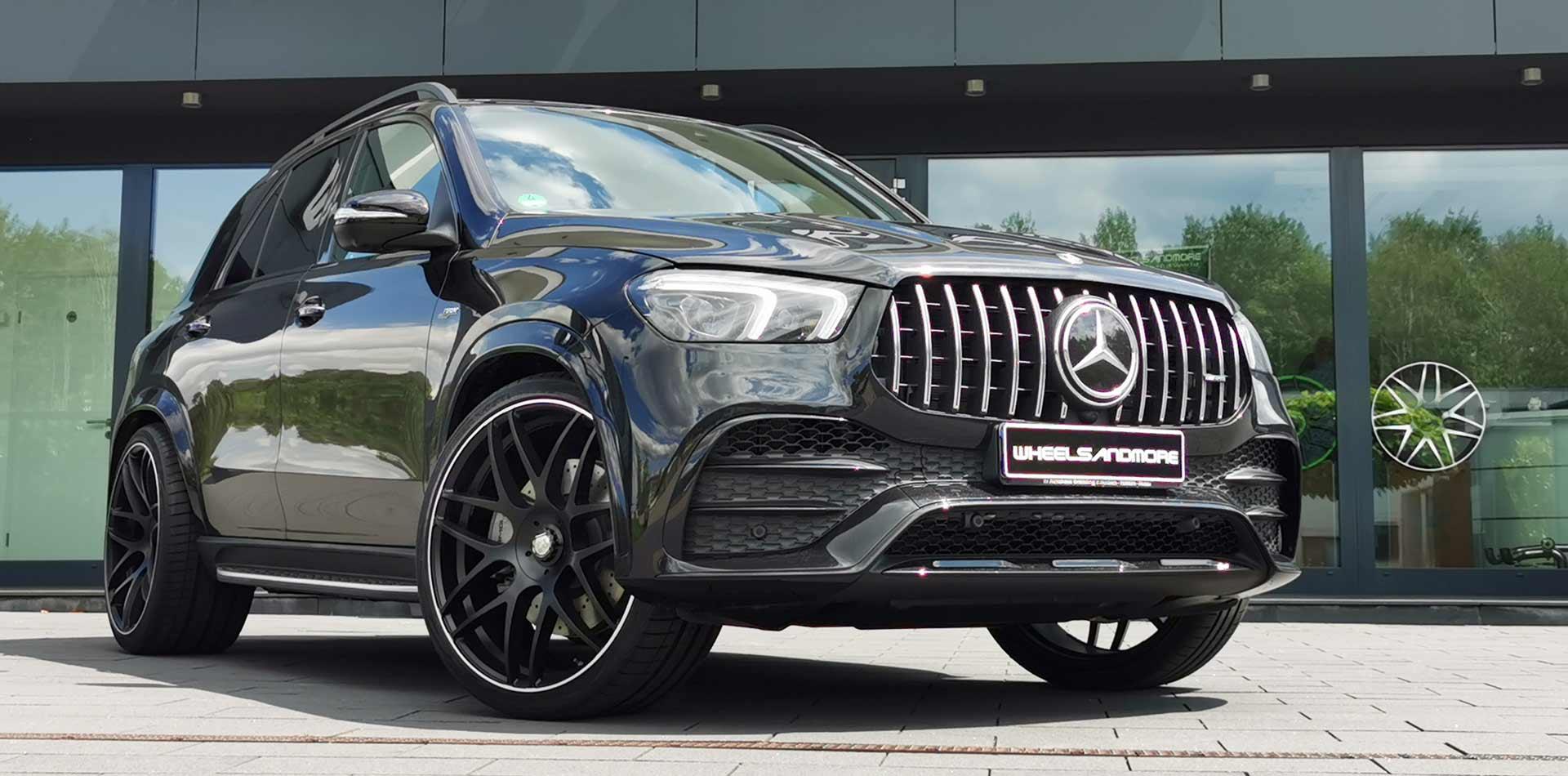Mercedes GLE53 von Wheelsandmore getunt vor Firmengebäude